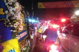Warga Cikeas menunggu jenazah Ani Yudhoyono