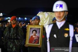 Jenazah Ani Yudhoyono tiba di rumah duka di Puri Cikeas