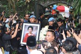SBY sebut ibu Ani menangis lihat semua orang doakan kesembuhannya