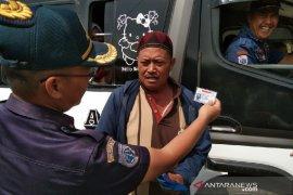 Petugas periksa kelayakan kendaraan umum tujuan selatan Garut