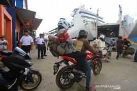 Pelindo III Banjarmasin berikan takjil untuk penumpang kapal laut