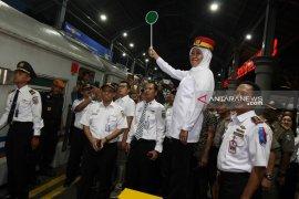 Gubernur Khofifah berangkatkan mudik gratis kereta api