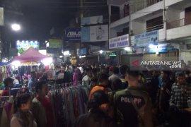 Malam takbiran ribuan warga padati pusat perbelanjaan Sukabumi
