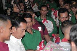 Jokowi bagikan paket sembako di gerbang utama Istana Bogor