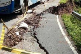 Hati-hati.. Ada puluhan titik longsor di jalan lingkar Danau Toba