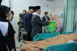 Malam takbiran, gubernur beri bingkisan ke pasien dan pegawai rumah sakit