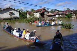 Warga lintasi banjir Sungai Kapuas demi laksanakan Shalat Ied