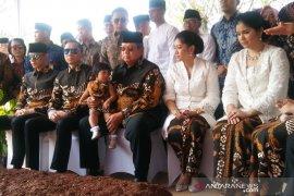 Ziarah ke makam almarhumah Ani Yudhoyono, SBY pakai batik motif burung phoenix