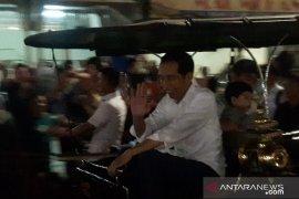 Jokowi bersama Jan Ethes-Kaesang naik andong di Malioboro