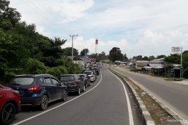 Puluhan mobil antre di Pelabuhan Tanjungkalian Muntok