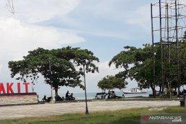 Ribuan wisatawan mulai padati pantai di Muntok