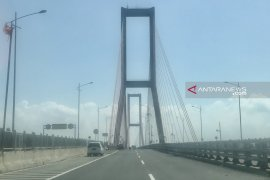 Bentang tengah Jembatan Suramadu jadi sasaran foto bersama