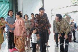 Presiden Jokowi bersama istri dan cucu menemui Sultan HB X