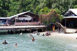 Ribuan warga nikmati objek wisata pantai di Ternate