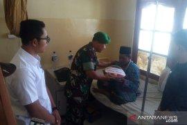 Danramil bersama Komunitas Kalsel Peduli kunjungi pasien yang berlebaran di Rumah Sakit TPT