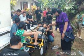 Tiga penyandang disabilitas Gianyar terima bantuan Dinsos Bali