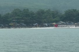 Belasan wisatawan di Pantai Karanghawu diserang ubur-ubur