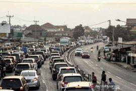 Polisi terapkan tiga jalur di Nagreg urai kepadatan arus balik Lebaran