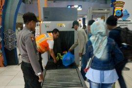Petugas periksa seluruh barang penumpang di Pelabuhan Trisakti Banjarmasin