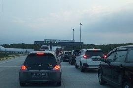 Kendaraan arus balik dialihkan  Gerbang Tol Sidomulyo