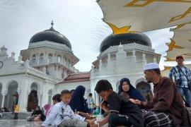 Wisatawan lokal padati Masjid Raya Baiturrahman Banda Aceh