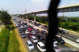 Arus balik di jalan Tol Jakarta-Cikampek padat