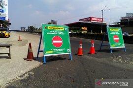 Gerbang masuk tol Jakarta-Cikampek ditutup, pengendara kebingungan