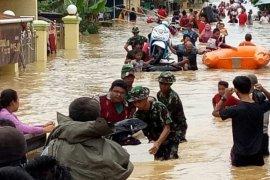 Prajurit TNI bantu warga Samarinda terdampak banjir