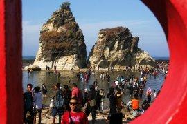 Ribuan warga pesisir Lebak Banten bertahan di pengungsian