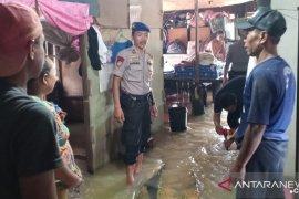Satpolairud mengevakuasi warga terdampak banjir di Tanah Bumbu