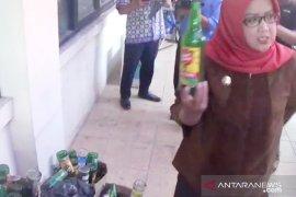 Bupati Bogor berang saat temukan botol miras kosong di Kantor Satpol PP