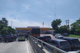 Gerbang Tol Amplas masih  dipadati pemudik
