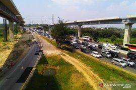Arus balik Lebaran di jalan tol Jakarta-Cikampek padat