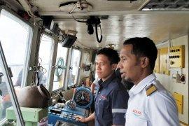 Swafoto pemudik dengan kapten kapal ferry