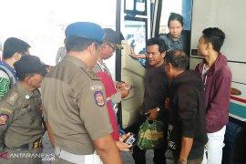 Satpol PP Badung periksa pendatang di Terminal Mengwi