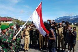 Mantan ajudan Goliat Tabuni cium Bendera Merah Putih setelah kembali ke NKRI