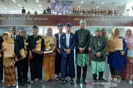 Wali Kota Bogor Bima Arya bersama para juara pada Hari Jadi Bogor ke-537