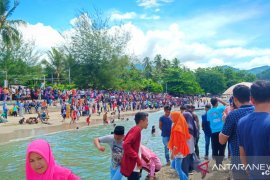 Lomba perahu katinting sedot ribuan pengunjung di Pantai Monano