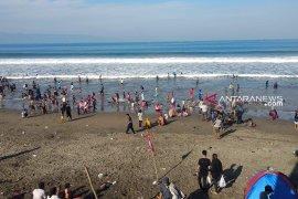 Balawista Sukabumi Evakuasi 27 Wisatawan Tenggelam Di Laut