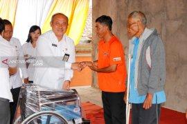Sekda Bangli serahkan alat bantu penyandang disabilitas lansia