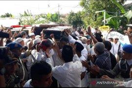 Ribuan warga antar jenazah istri Wakil Wali Kota Ambon