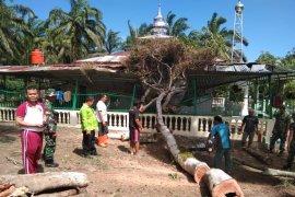 Kodim 0204/DS bantu evakuasi rumah dan masjid warga terkena angin puting beliung