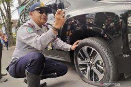 Petugas tilang 46 kendaraan yang parkir liar di Kota Bandung