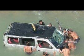 Mini bus terjun bebas ke sungai, 10 penumpang selamat