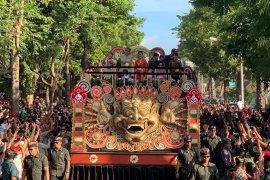 Presiden Jokowi naiki kendaraan hias dalam pawai PKB 2019