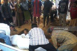 Santi Defi Malau dikebumikan di samping makam kakeknya