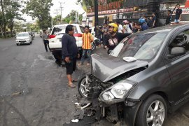 Dua mobil tabrakan di depan Kantor DPRD Bandarlampung Page 1 Small