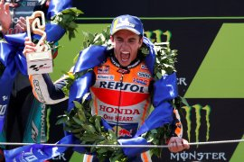 Marquez juara GP Catalunya kala rival bertumbangan