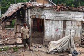 Angin kencang rusak rumah dan tumbangkan pohon di Aceh