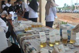 Tes urine siswa baru di SMK Negeri 8 Palembang Page 2 Small